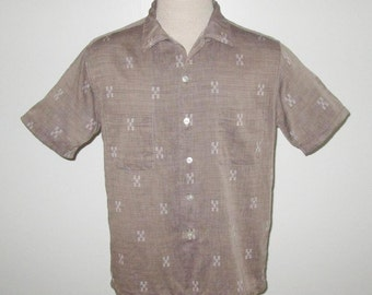 Vintage 1950s Shirt / 50s Tan Shirt With White Design By McGregor - ML