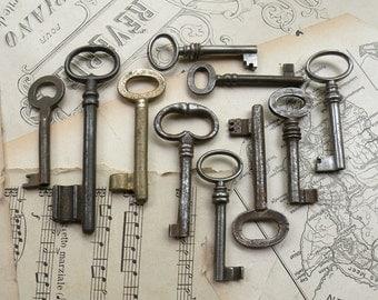 christmas in july - antique and vintage keys - 10 large and medim genuine vintage keys - (S-78a).