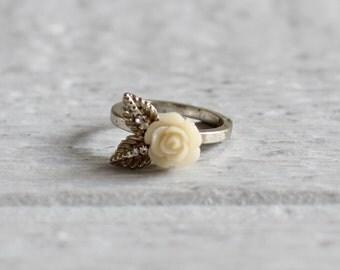 60s Vintage Ring . Off White Flower Ring . Boho Chic Girls Womens Ring