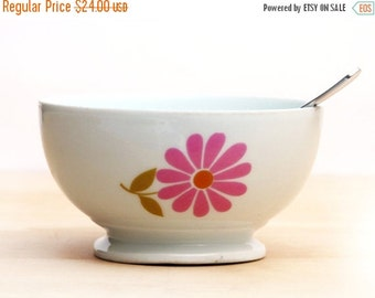 1970 kitchen:French  Porcelain  bowl, country flowers, scandinavian style, 70s retro flowers, cafe au lait bowl