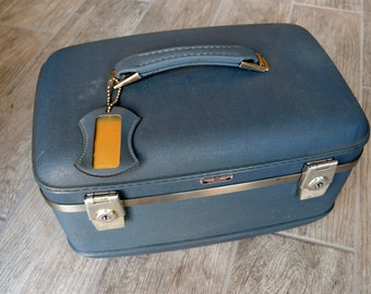 Awesome Vintage American Tourister Traincase with key - See all of our vintage traincases