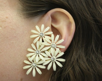Vintage 1950s Mod Daisy Plastic Cluster Clip On Earrings (E7426)