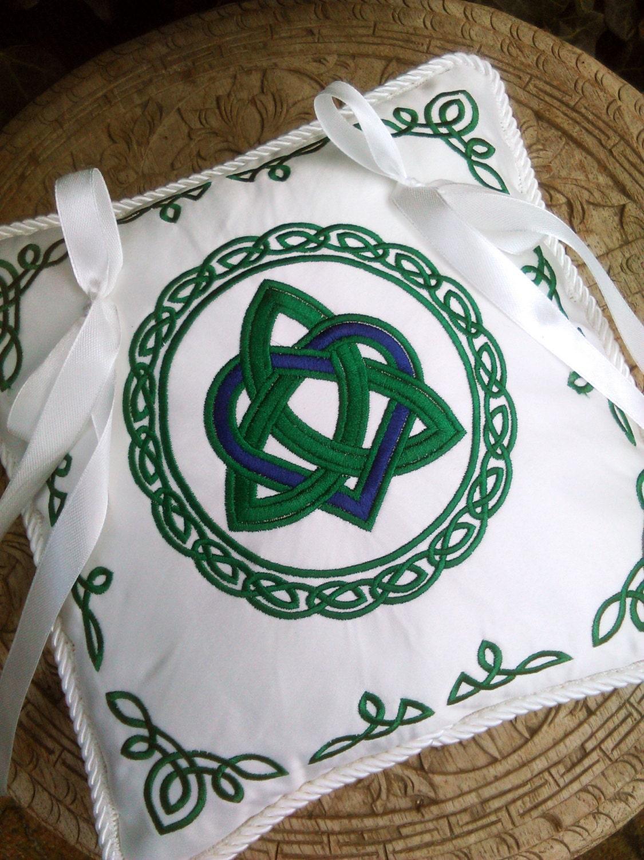 keltisches herz triquetra knot ring bestickte kissen. Black Bedroom Furniture Sets. Home Design Ideas