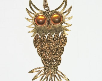 Vintage 70s Owl Necklace Gold Tone Glass Amber Eyes Dangle Feather Body Pendant Hippie Boho Retro 1970s