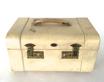 Vintage suitcase / train case
