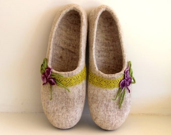 SALE Felt slippers - natural beige women slippers - Felted wool slippers with lace and purple flowers