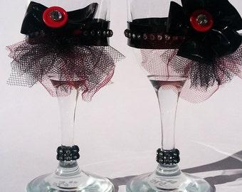 Black champagne, Black wedding champagne, Gothic decor Wedding, Gothic wedding decor, Wedding champagne glasses,Black and r...