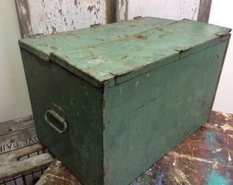 Vintage Military Green Metal Storage/Ammo/Tool Box