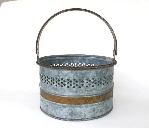 Vintage galvanized bucket rusty metal pail planter for Metal bucket planter