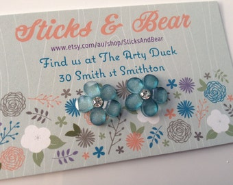 Cute blue flower Earrings - 1 pair of glass look resin flower earrings - 15mm flower resins set on surgical steel posts with diamanté centre