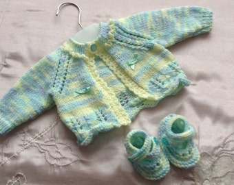 "Hand knitted baby cardigan/sweater/jacket and shoes to fit newborn baby girl or 17/19"" reborn doll"