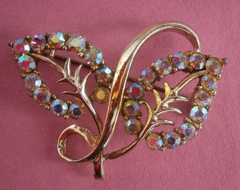 B505) A lovely vintage gold tone metal aurora borealis glass leaf floral brooch