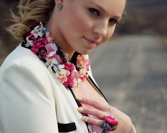 Collar with flowers.