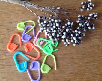 12 Plastic Lockable Stitch Markers / Safety Pins Ideal for Knitting and Crocheting