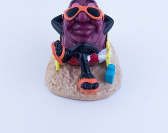 Vintage Californian Raisin toy relaxing at the beach with sunglasses 1988 Applause Toys
