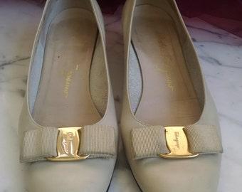 Size 8.5 Ferragamo Vara Leather Bow Pumps Heels, Ivory Salvatore Ferragamo Shoes, Cream Italian Ferragamo Low Heels, Size 8.5 B