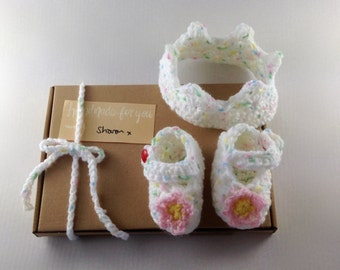Crochet Crown and shoes baby gift set, Mary Janes, crochet crown, newborn, photo prop, baby shower gift, crochet baby shoes, baby gift set,