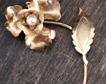 gold vintage flower brooch, gold pin, vintage pin, vintage brooch, flower pin, gift for mom, flower and pearl, unique, dainty