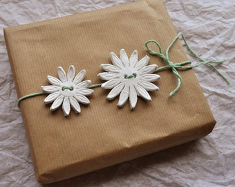 Marguerite gift tags, 3 sizes, set of 3, marguerite flower, flower clay tags, marguerite clay tag, 3d flower ornament, gift embellishments