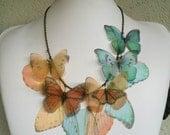 Ich fliegen Weg - handgemachte Orange und Aqua Seidenorganza Schmetterlinge und Flügel-Halskette