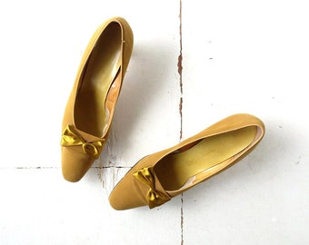 Vintage Bow Heels / 1950s Shoes / Gold Pumps / 50s Heels / Size 11