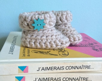 Unisex crochet baby boots, cream baby booties, beige, turquoise star button