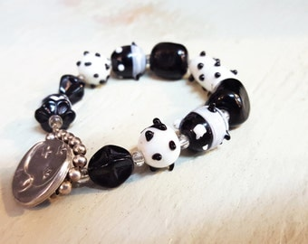 Black and White Funk Glass Bead Bracelet With Pewter Closure T4