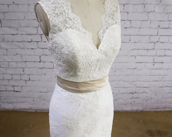 Lace Applique Skirt Wedding Dress Mermaid Bridal Gown V-neck Wedding Gown with Train Ivory Color Wedding Gown Elegant Style Wedding Dress