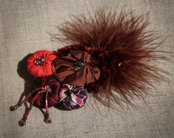 Hand-made hair-clip in silk- beads and feathers - Brown