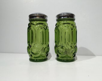 L E Smith Salt and Pepper Shaker Set in Green Glass, Salt Pepper Shakers Green Glass Moon Stars by L. E. Smith, L. E. Smith Moon & Stars