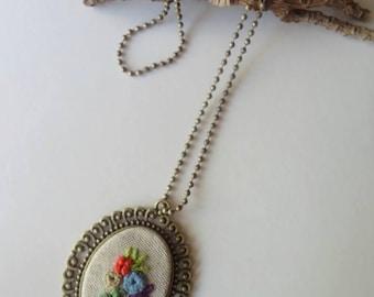 Colgante bordado sobre lino