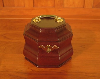39848E: VIRGINIA METAL CRAFTERS Colonial Williamsburg Mahogany Tea Caddy