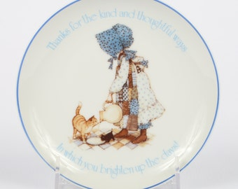 """1983 HOLLIE HOBBIE Lasting Moments Porcelain, Blue Lettering and Edge Plate, 6-3/8"""", Excellent Cond., Girl Feed Cats Milk,"""