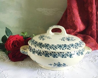 french vintage blue and white porecelaine soupière or tureen. Transferware terrine. Luneville. Paquerette. Small tureen. Soup bowl with lid.