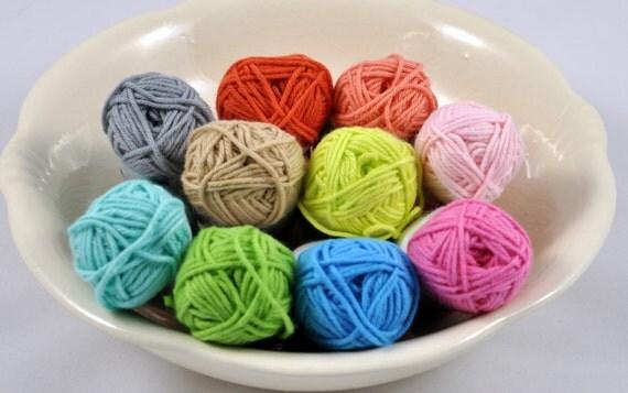 Amigurumi yarn package S03 10 colors of 10 gram skeins.