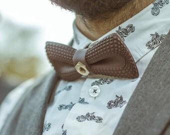 Noeud papillon marron original pour Saint Valentin - boulon en laiton doré - Accessoire mariage - Noeud pap avant gardiste élégant