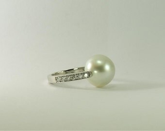White gold ring with Australian Pearl and diamonds
