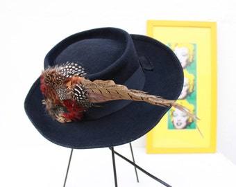 """French Vintage 1970s does 30s Boho Fedora Hat Bow Band & Pheasant Feather / Black Navy Blue Wool / Womens Size 21"""" - 53 cm S /From France"""