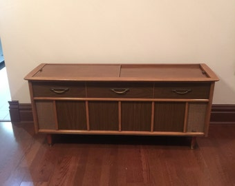 Vintage Magnavox Stereo, with Record Player in Execellent Condition