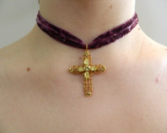 Baroque Necklace with Cross Pendant