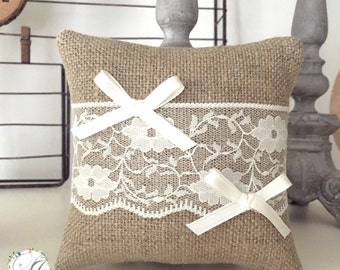 Customizable alliances cushion in linen with lace