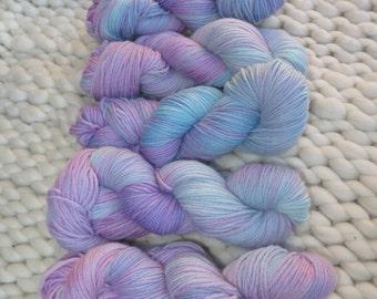 Hand Dyed Worsted weight 100g Skein, 100% Merino wool, 170m - violet to blue gradient