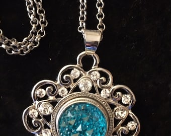 "Pretty Snap Pendant with a nice interchangealbe ocean blue snap and a 22"" chain"