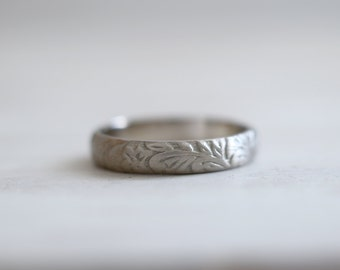 Antique ring. 18kt white gold ring with flowers pattern. White Gold Wedding Band, 18kt White Gold, 4mm, Engagement ring. Made to Order.