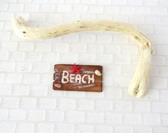 Driftwood beach sign with red starfish in 1:12 scale