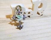 kimargret -pendentif croix 4,5cm peinte main - laiton et céramique - paix colombe