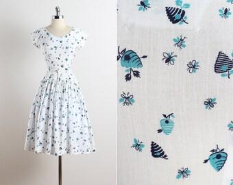 Bee's Knees . vintage 1940s dress . vintage novelty print dress . 5621