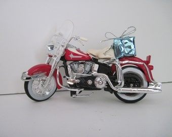 1962 HARLEY DAVIDSON FLH Duo Glide Motorcycle w/Gift - Christmas Ornament - Maisto 1:18 Scale