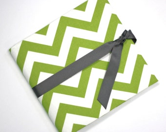 Green and White Chevron: Simple, Easy, and Modern Baby Book / Calendar