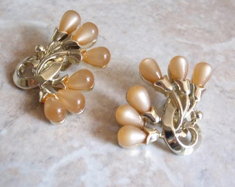 Beige Moonglow Earrings Thermoset Clip On Charel Gold Tone Vintage V0751